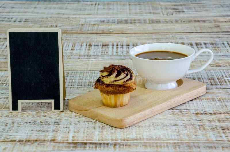 Cupcake op houten lijst aangaande uitstekende achtergrond royalty-vrije stock foto's