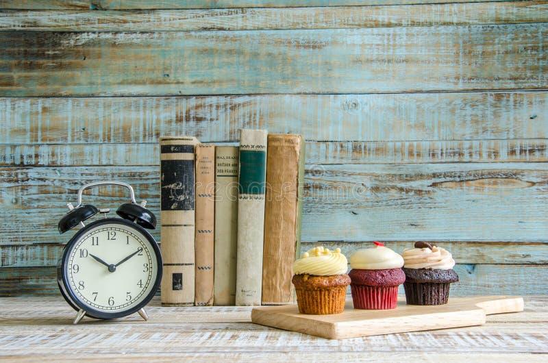 Cupcake op houten lijst aangaande uitstekende achtergrond royalty-vrije stock afbeeldingen
