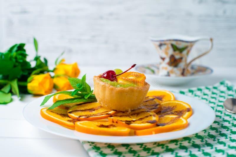 cupcake Une vue grande-angulaire d'un gâteau rose délectable de cerise Tiré sur le fond blanc images libres de droits