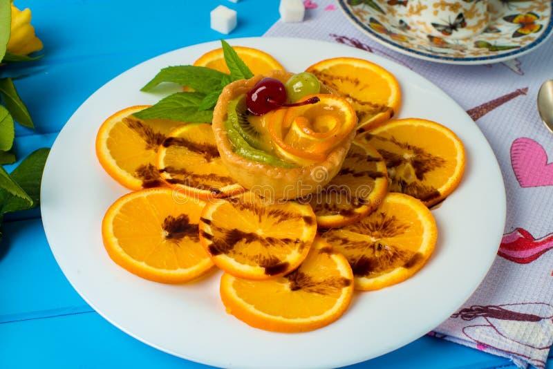 cupcake Une vue grande-angulaire d'un gâteau rose délectable de cerise Tiré sur le fond blanc images stock