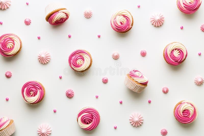 Cupcakeachtergrond op wit stock afbeeldingen