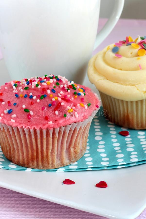 cupcakes βανίλια φραουλών στοκ εικόνες