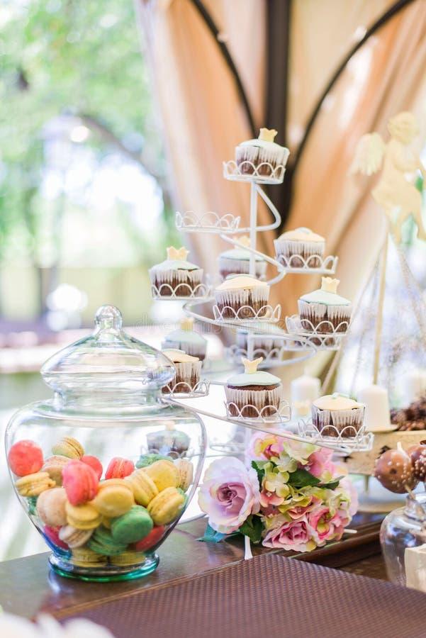 Cupcakes και Macarons στοκ εικόνες