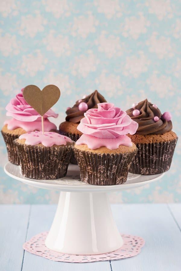 Cupcakes με τα γλυκά ροδαλά λουλούδια στοκ φωτογραφία με δικαίωμα ελεύθερης χρήσης