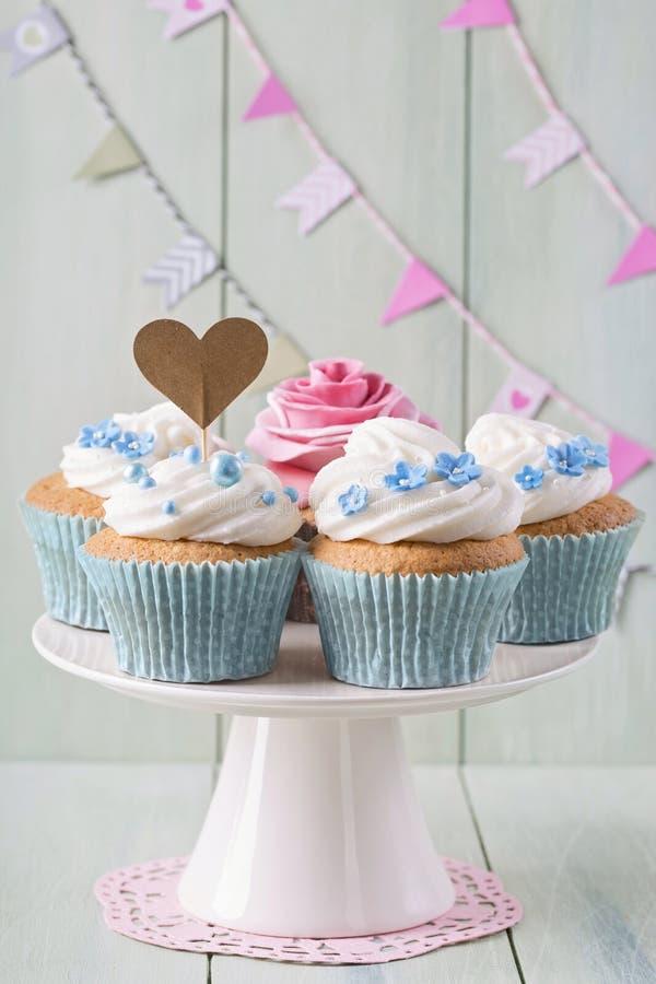 Cupcakes με τα γλυκά ροδαλά λουλούδια στοκ εικόνα