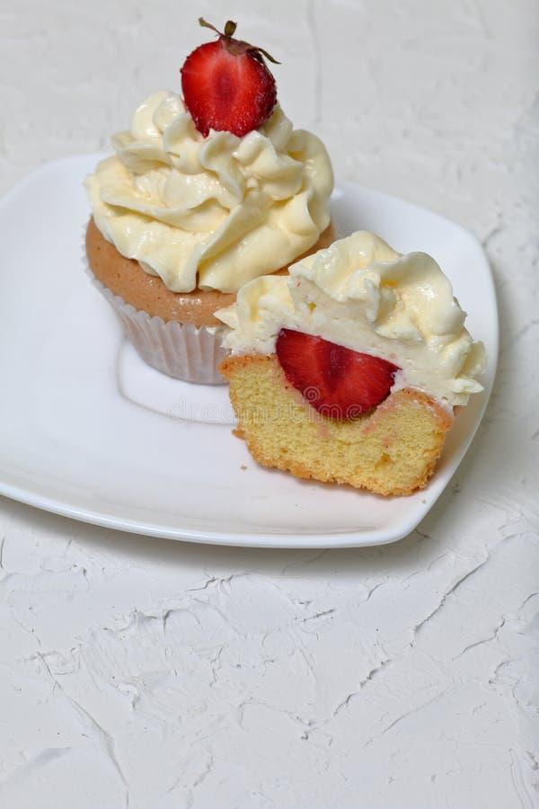 Cupcakes με τις φράουλες και τη βουτύρου κρέμα στοκ φωτογραφία