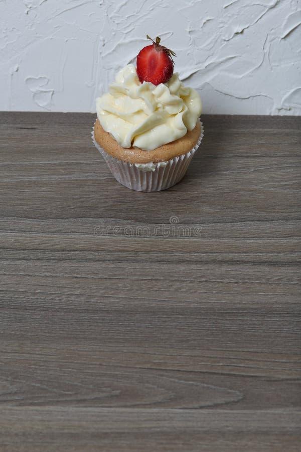 Cupcakes με τις φράουλες και τη βουτύρου κρέμα στοκ εικόνες