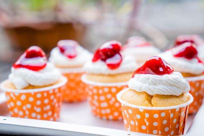 Cupcakes με το πάγωμα buttercream στοκ εικόνες