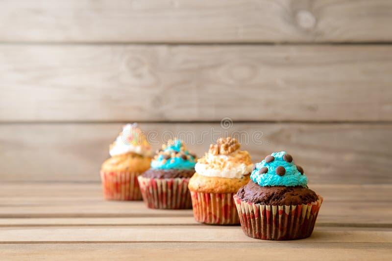 Cupcakes στον πίνακα στοκ εικόνες με δικαίωμα ελεύθερης χρήσης