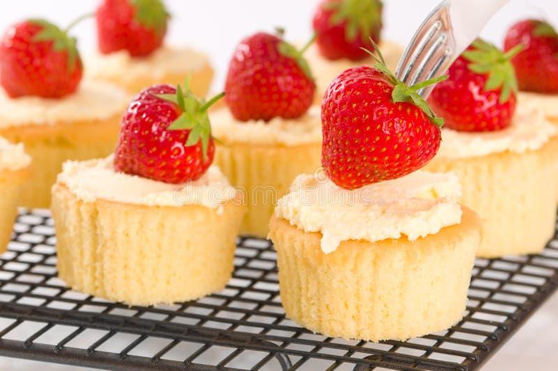 cupcakes φράουλα που ολοκληρώ& στοκ φωτογραφίες