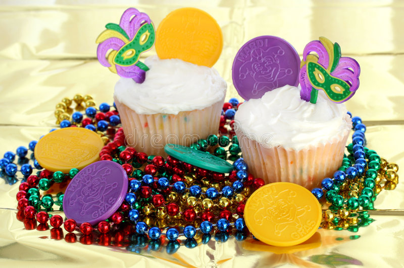 Cupcakes die voor Mardi Gras wordt verfraaid royalty-vrije stock afbeeldingen