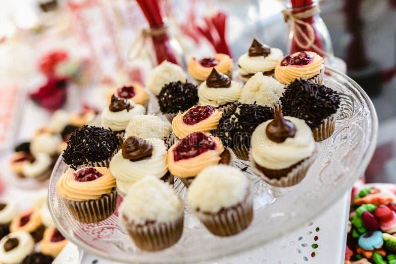 Cupcakes klaar om bij een huwelijk worden gegeten stock fotografie