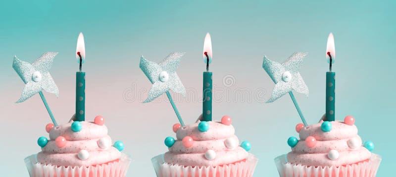 Cupcakes met aangestoken kaarsen royalty-vrije stock foto's