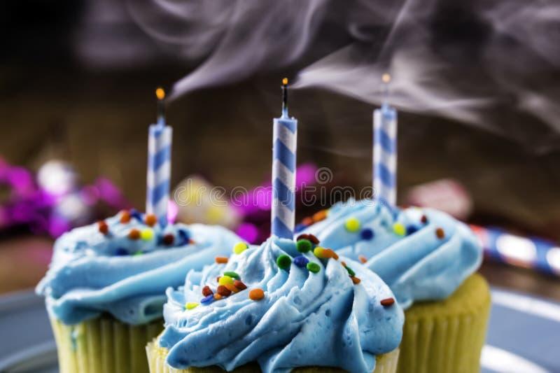 Cupcakes met Blauw Suikerglazuur en bestrooit stock afbeelding