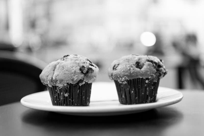 Cupcakes met bosbes op witte plaat in Parijs, Frankrijk stock foto's