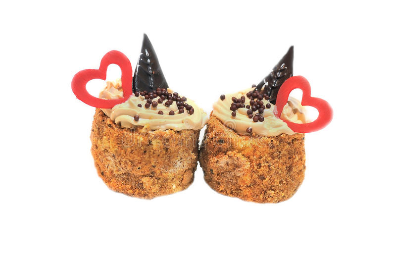 Cupcakes met harten op bovenkant, op wit wordt geïsoleerd dat stock foto