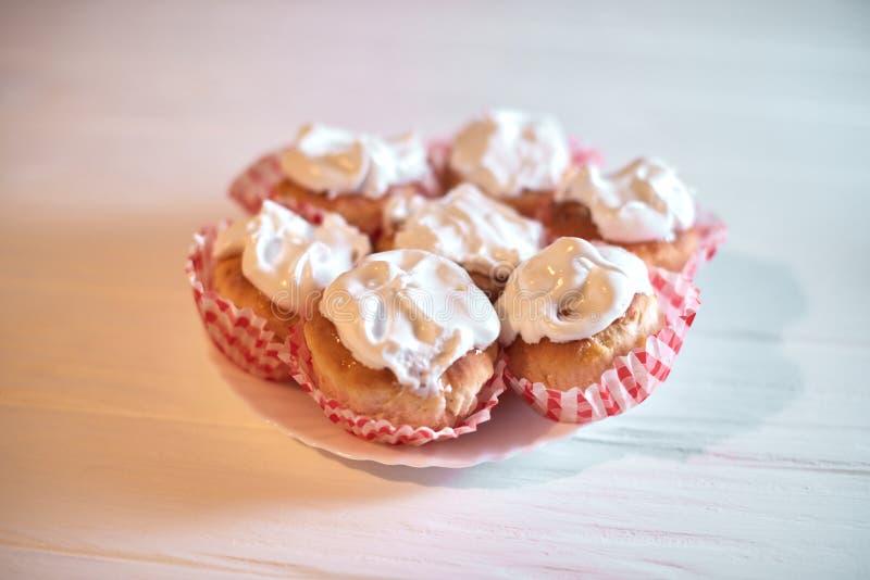 Cupcakes met witte room op een houten achtergrond stock fotografie