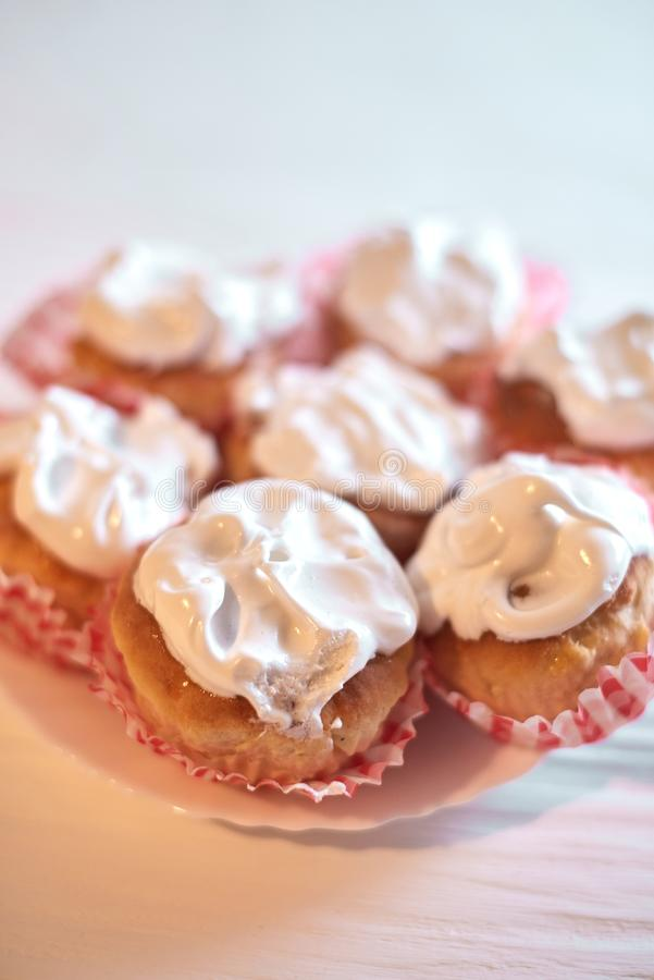Cupcakes met witte room op een houten achtergrond royalty-vrije stock afbeeldingen