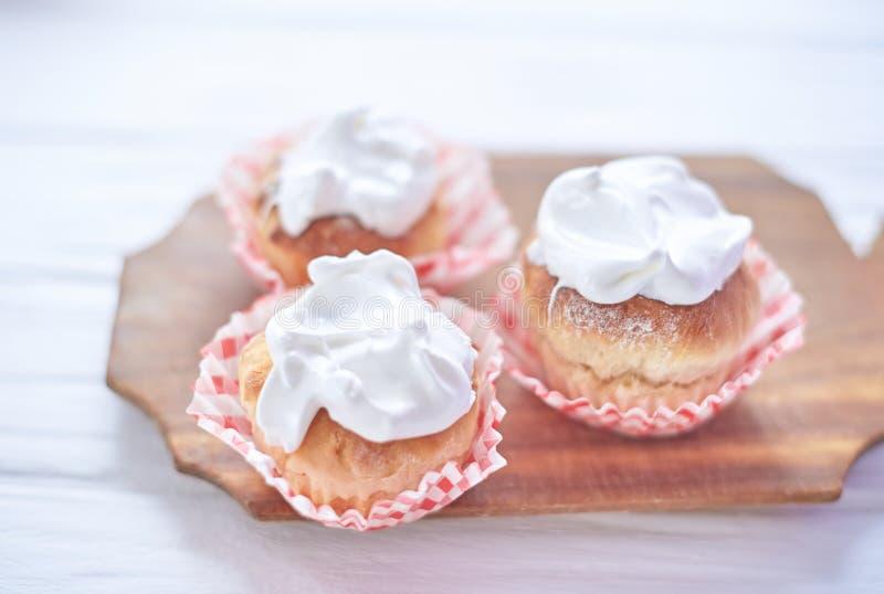Cupcakes met witte room op een houten achtergrond stock foto's