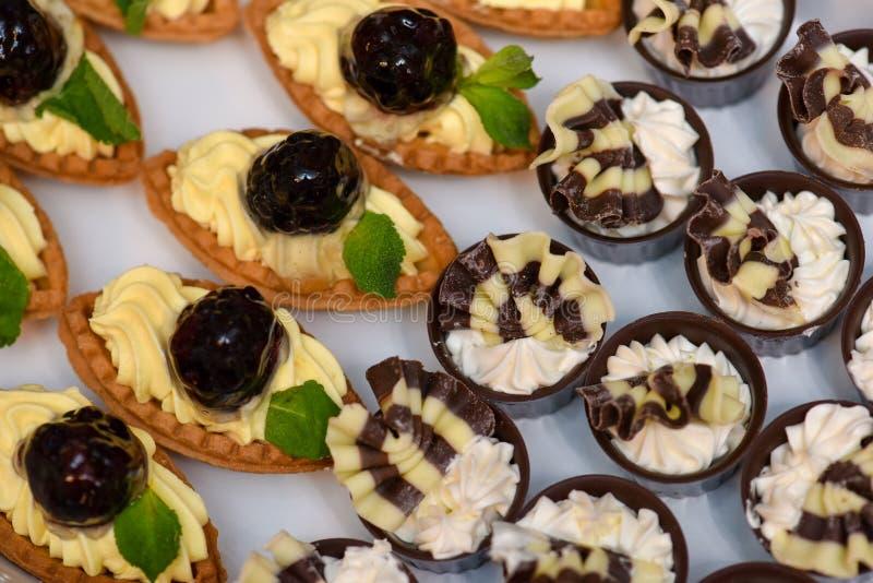Cupcakesvanille met framboos en chocolade royalty-vrije stock afbeeldingen