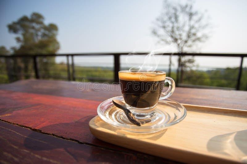 Cupen med varmt kaffe, vila för kaffe på morgonen på det gamla träbordet royaltyfri bild