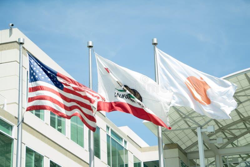 Cupertino, CA, США - март 2015: флаги перед Яблоком Headqu стоковые фотографии rf