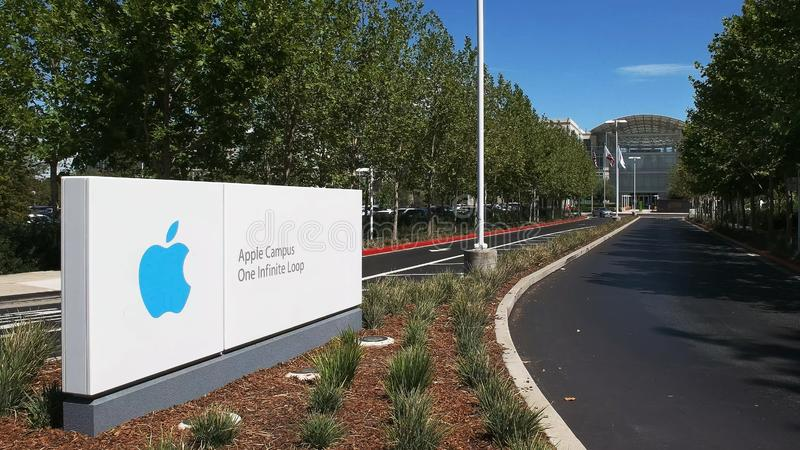 CUPERTINO, CA - 28 DE AGOSTO DE 2015: estrada da entrada às matrizes da maçã e a um laço infinito situados em cupertino fotos de stock