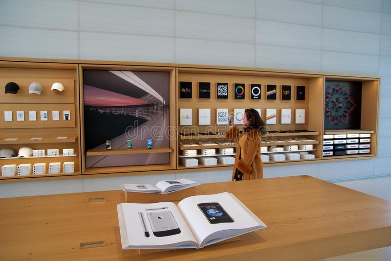 CUPERTINO, CALIFÓRNIA, ESTADOS UNIDOS - 26 DE NOV, 2018: Interior com muitos clientes na nova loja da Apple e fotos de stock