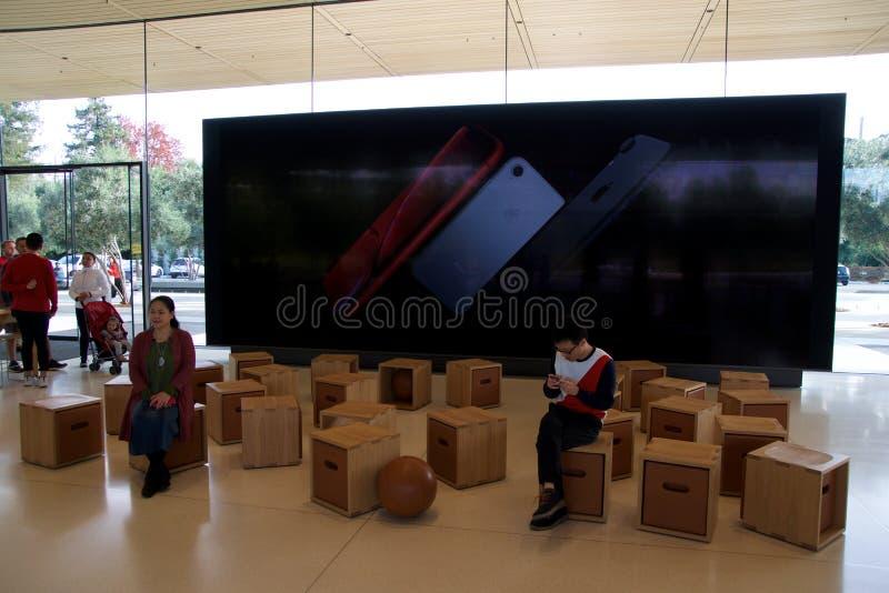 CUPERTINO, CALIFORNIA, ESTADOS UNIDOS - 26 DE NOVIEMBRE DE 2018: Interior con muchos clientes en la nueva tienda Apple y imagen de archivo libre de regalías
