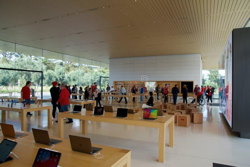 CUPERTINO, CALIFORNIA, ESTADOS UNIDOS - 26 DE NOVIEMBRE DE 2018: Interior con muchos clientes en la nueva tienda Apple y foto de archivo libre de regalías