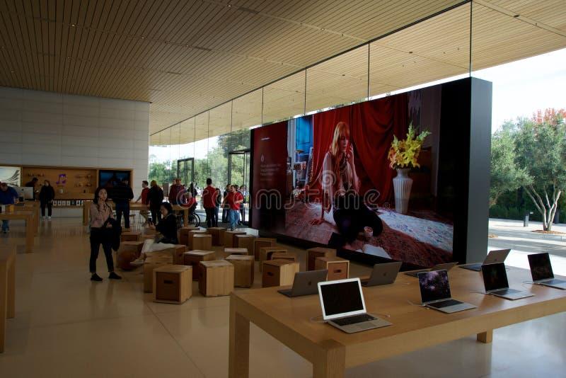 CUPERTINO, CALIFORNIA, ESTADOS UNIDOS - 26 DE NOVIEMBRE DE 2018: Interior con muchos clientes en la nueva tienda Apple y fotos de archivo libres de regalías