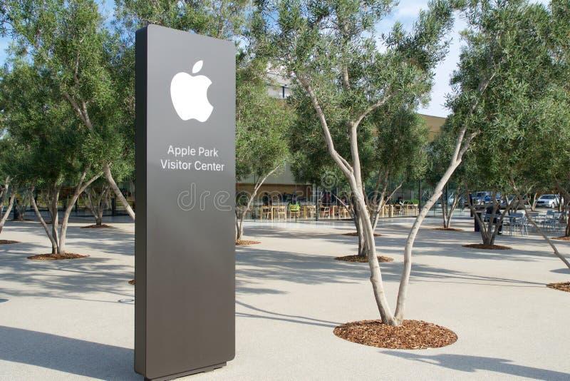 CUPERTINO, CALIFORNIA, FÖRENTA STATERNA - NOV 26, 2018: Apple-skylt för det nya Apple-huvudkontoret och Apple Park-besökaren fotografering för bildbyråer