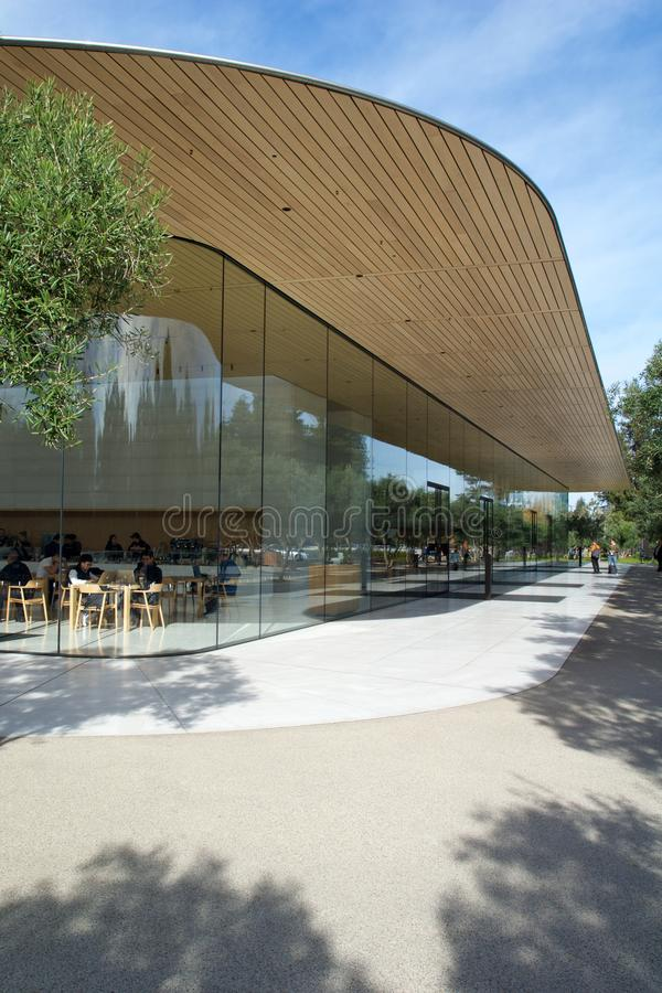 CUPERTINO, CALIFORNIE, ÉTATS-UNIS - NOV 26, 2018: Vue extérieure du nouveau centre d'accueil moderne d'Apple Park images libres de droits