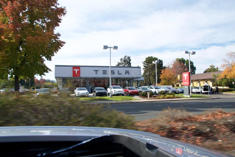 CUPERTINO, KALIFORNIEN, VEREINIGTE STAATEN - 26. NOV 2018: Tesla-Schild auf der weißen Fassade des Tesla-Händlerschildes lizenzfreies stockbild
