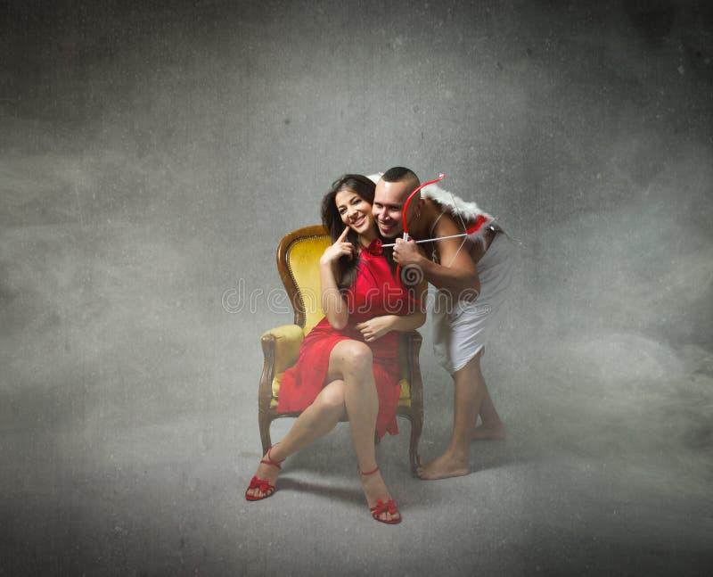 Cupid που αγκαλιάζει το καλό κορίτσι στοκ φωτογραφίες με δικαίωμα ελεύθερης χρήσης