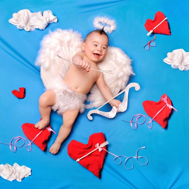 Cupid del bambino con le ali di angelo fotografie stock