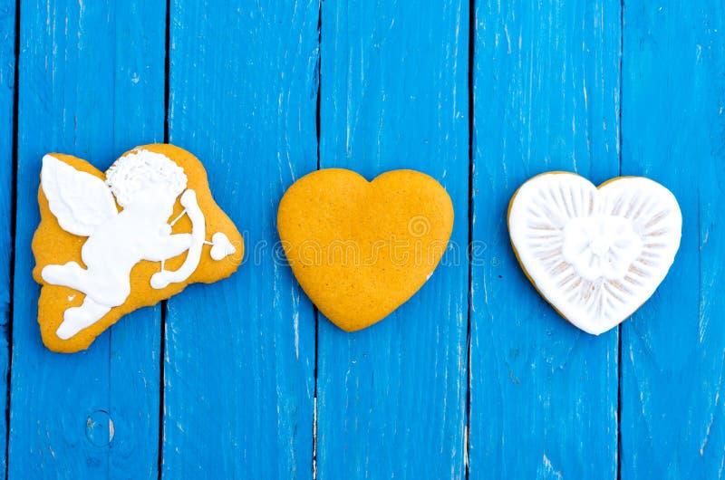 Cupido di angelo e due cuori gingerbread fotografia stock libera da diritti
