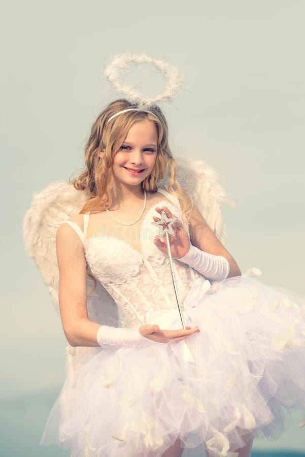 Cupido di giorno di biglietti di S. Valentino Scheda di amore Ragazza dolce di angelo Ali bianche d'uso del vestito e della piuma fotografie stock libere da diritti