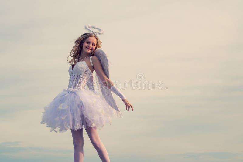Cupidon dans le Saint Valentin Carte d'amour Petite fille boucl?e de charme dans la robe et des ailes blanches - fille de cupidon images stock