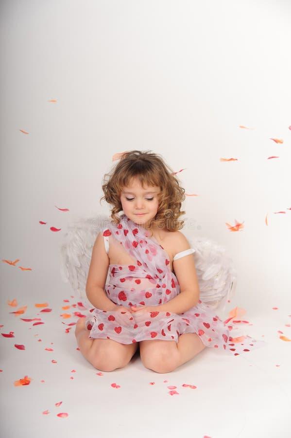 Cupidon de Saint-Valentin avec des ailes d'isolement sur le blanc images stock