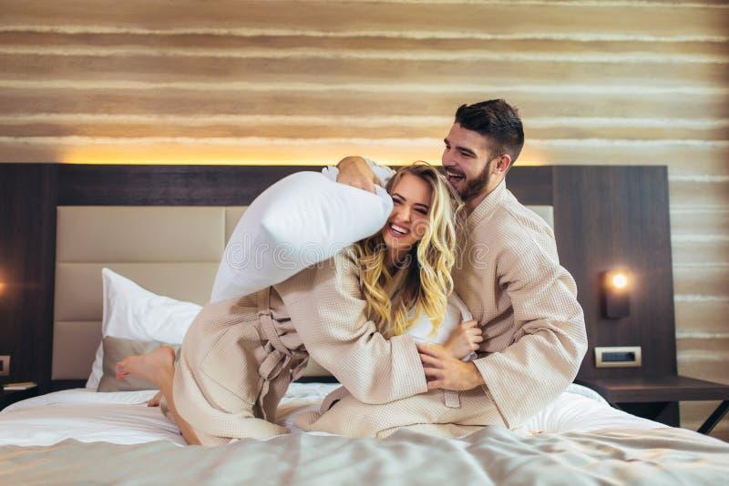 Cuple Ma poduszki walk? w pokoju hotelowym obrazy royalty free
