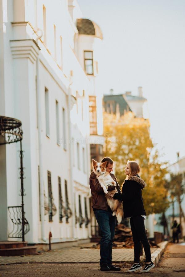 Cuple mignon avec le chien border collie dans la vieille ville photo libre de droits