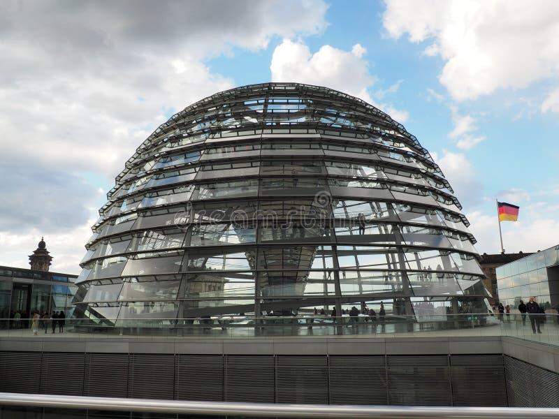 Cupola all'aperto con lo specchio di Reichstag Berlino, Germania fotografia stock libera da diritti