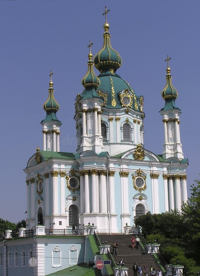 Cupola dell'oro della chiesa di Kiev Andreevskaya in cielo fotografia stock libera da diritti