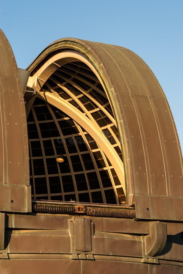 Cupola dell'osservatorio aperta al tramonto immagini stock libere da diritti