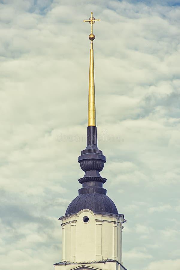 Cupola della chiesa nelle nuvole fotografia stock