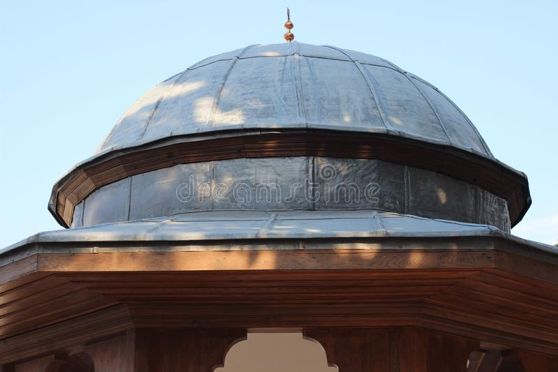 Cupola della fontana storica della moschea dell'ottomano fatta di cavo e di materiale di legno immagini stock libere da diritti