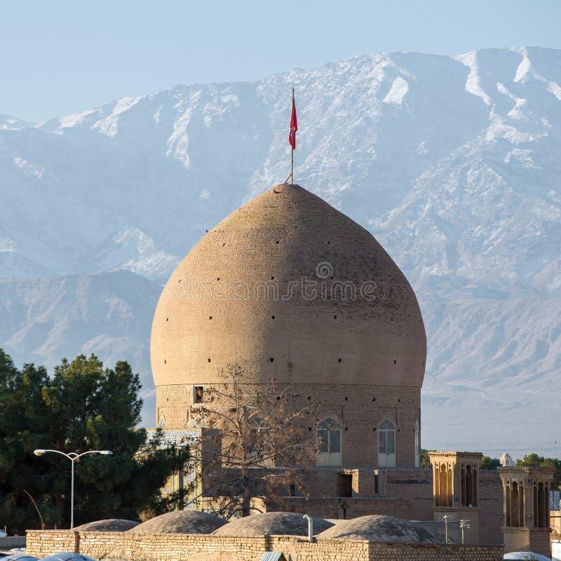 Cupola della moschea di Kashan con le montagne nevose fotografia stock libera da diritti