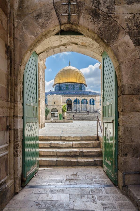 Cupola della roccia come osservata attraverso il cotone Merchant' portone di s a Gerusalemme Israele fotografia stock libera da diritti