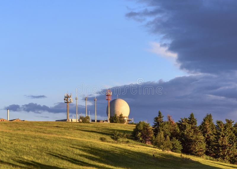 Cupola di radar di Radom ed antenne radiofoniche sulla montagna di Wasserkuppe, Poppenhausen, Hesse, Germania immagini stock libere da diritti